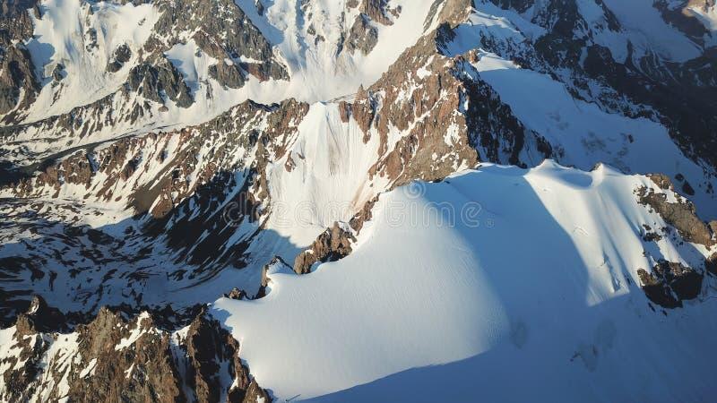 Sikt av de snöig maxima från surret h?gst maximum arkivbilder