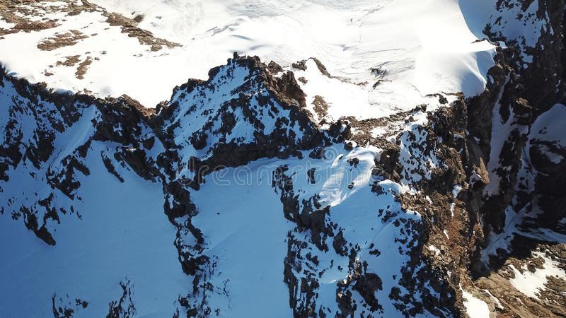 Sikt av de snöig maxima från surret h?gst maximum arkivbild