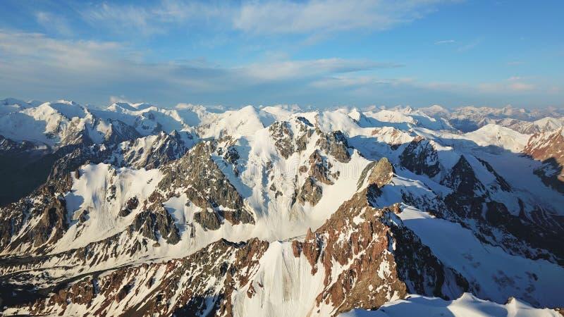 Sikt av de snöig maxima från surret h?gst maximum fotografering för bildbyråer