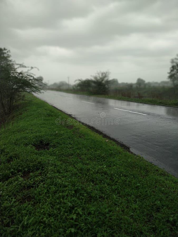Sikt av de tomma vägarna i regnet arkivfoto