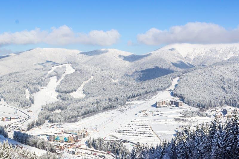 Sikt av de ukrainska Carpathiansna i soligt väder i vinter royaltyfri foto