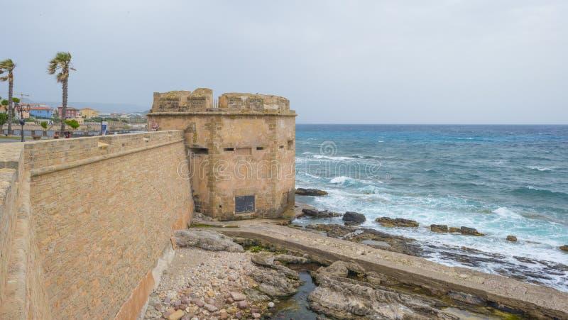 Sikt av delar av den Sardinian staden av Alghero längs medelhavet royaltyfri foto