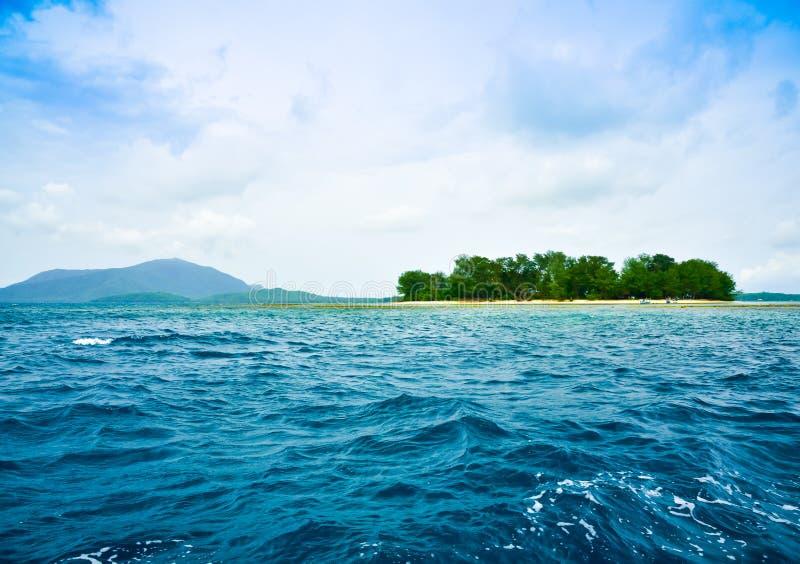 Sikt av den övergav tropiska ön för regnskog i mitt av havshavet arkivbilder