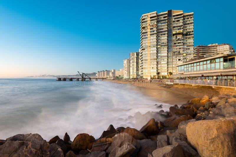 Sikt av den Acapulco stranden och Muelle Vergara på skymning royaltyfri bild