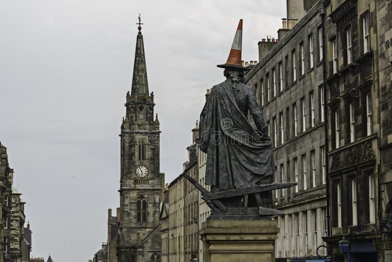 Sikt av den Adam Smith statyn i kunglig milgataEdinburg royaltyfria bilder