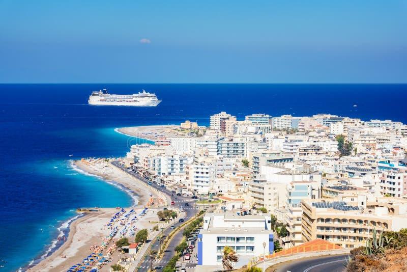 Sikt av den Aegean kusten av staden av Rhodes och kryssningskeppet Rhodes, arkivfoto