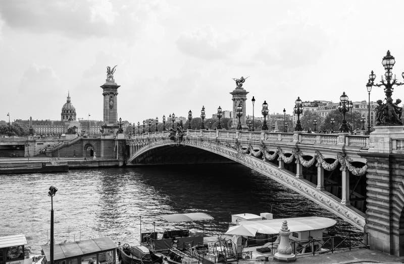 Sikt av den Alexander III bron över floden Seine, med hotelldesen Invalides på bakgrunden i Paris, Frankrike arkivfoto