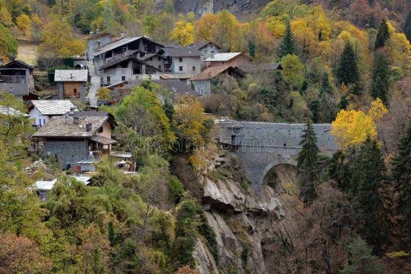 Sikt av den alpina bergbyn av Pondel, Aosta, Italien royaltyfria foton