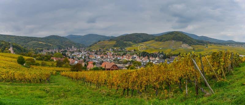 Sikt av den Andlau byn och kyrkan i höst, Alsace, Frankrike arkivbilder