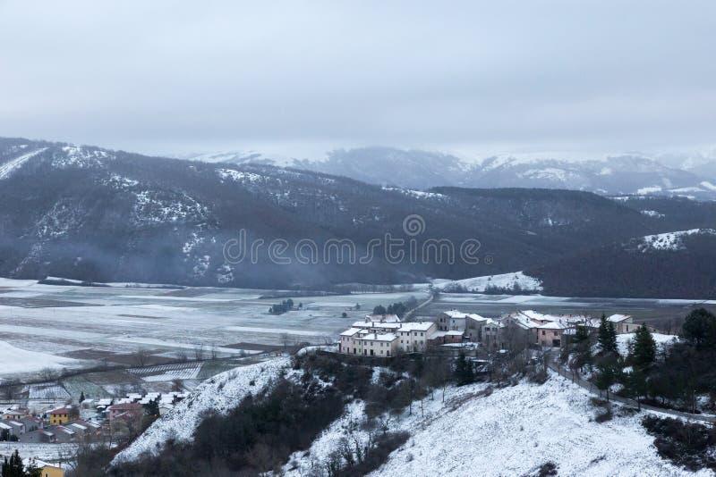 Sikt av den Annifo staden, nära Colfiorito Umbria, i mitt av vintersnö Denna lilla stad var strängt skadad förbi arkivfoton