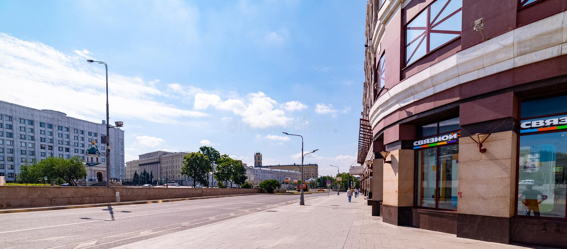 Sikt av den Arbat fyrkanten, byggnad för allmän personal av försvarsdepartementet i Moskva arkivfoton