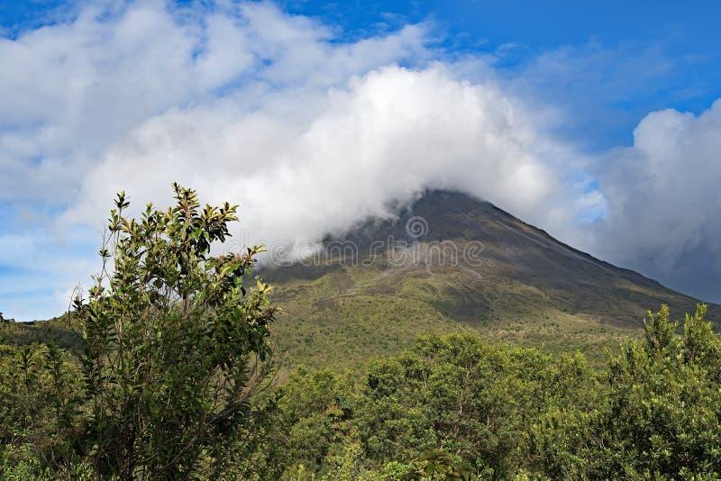 Sikt av den Arenal vulkan från inga traditionell sida arkivfoto