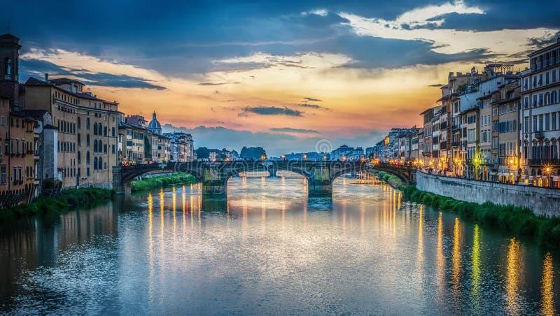Sikt av den Arno floden, Florence och St-Treenighetbron florence italy royaltyfria bilder