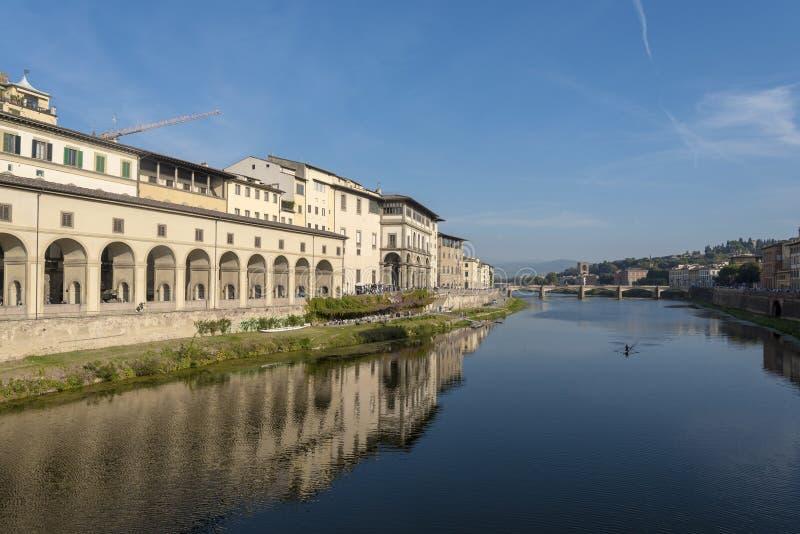 Sikt av den Arno floden i Florence, Tuscany, Italien, från Ponte Vecchio Bro på ett avstånd av Ponte alle Grazie arkivbilder
