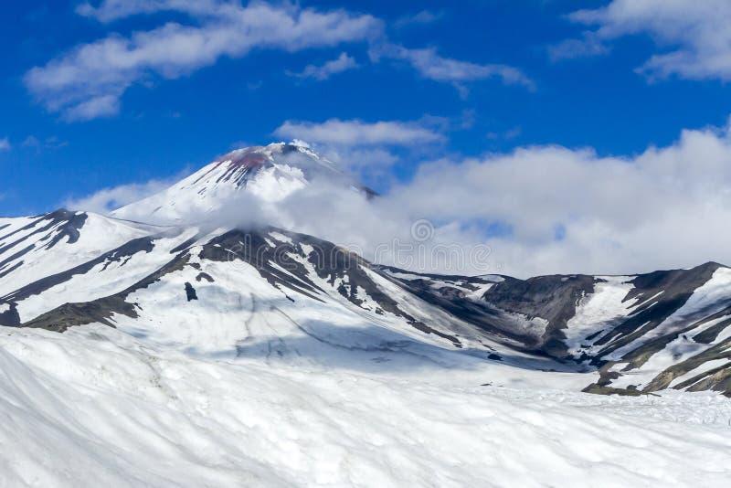 Sikt av den Avachinsky vulkan Kamchatka halv?, Ryssland royaltyfria foton