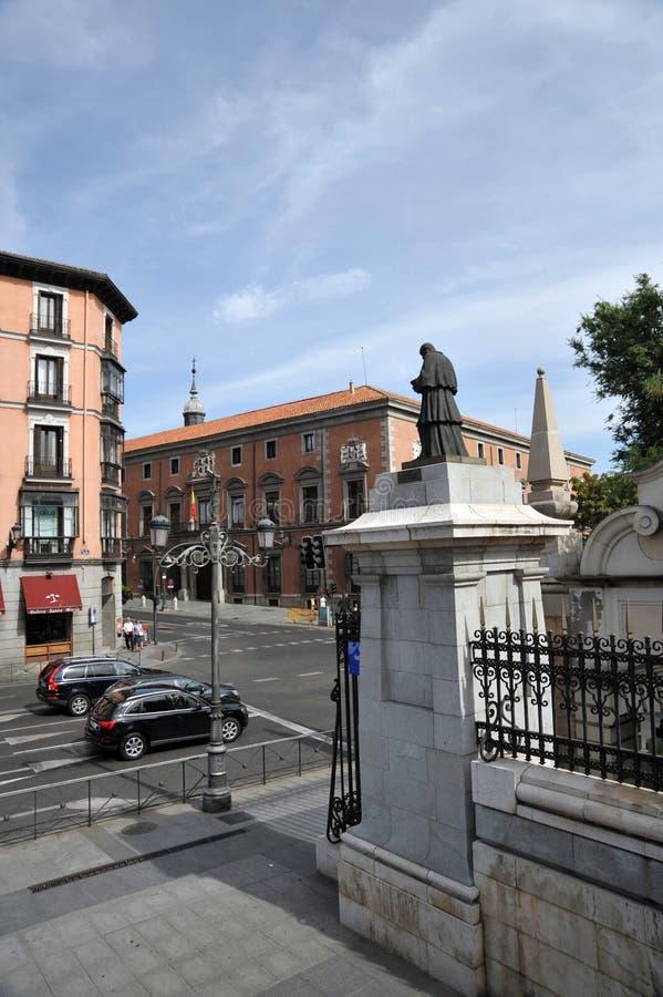 Sikt av den Bailen gatan från Almudena Cathedral arkivfoton