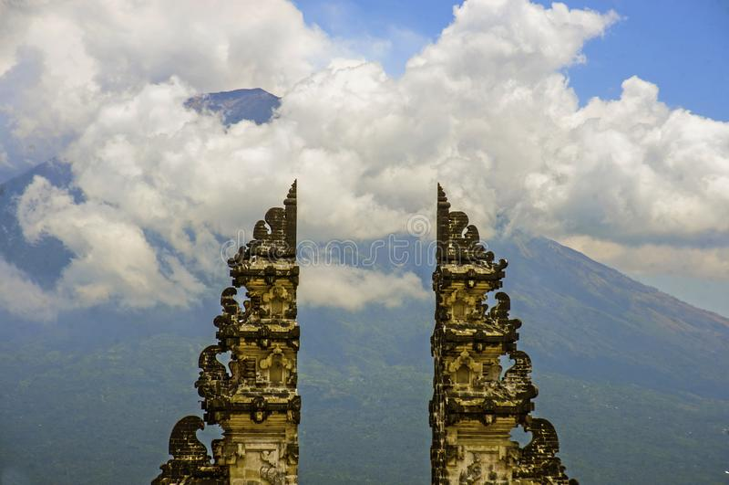 Sikt av den Bali vulkanmonteringen Agung till och med den härliga och majestätiska porten av den hinduiska Pura Lempuyan templet  arkivbild