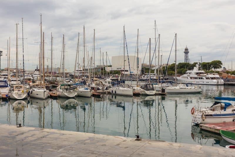 Sikt av den Barcelona yachtporten, medelhav, Spanien royaltyfri foto