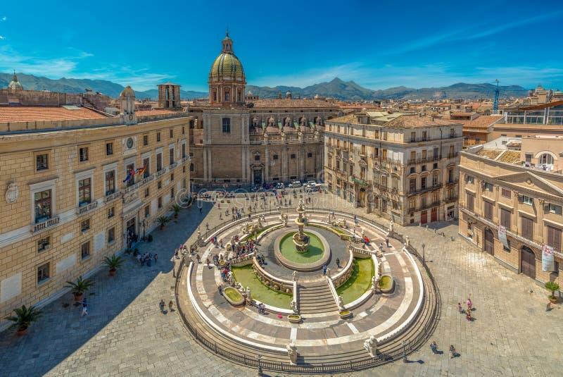 Sikt av den barocka piazza Pretoria och den Praetorian springbrunnen i Palermo, Sicilien, Italien royaltyfria foton