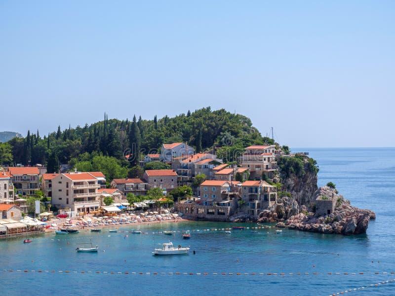 Sikt av den Becici och Rafailovici stranden, Montenegro arkivbilder