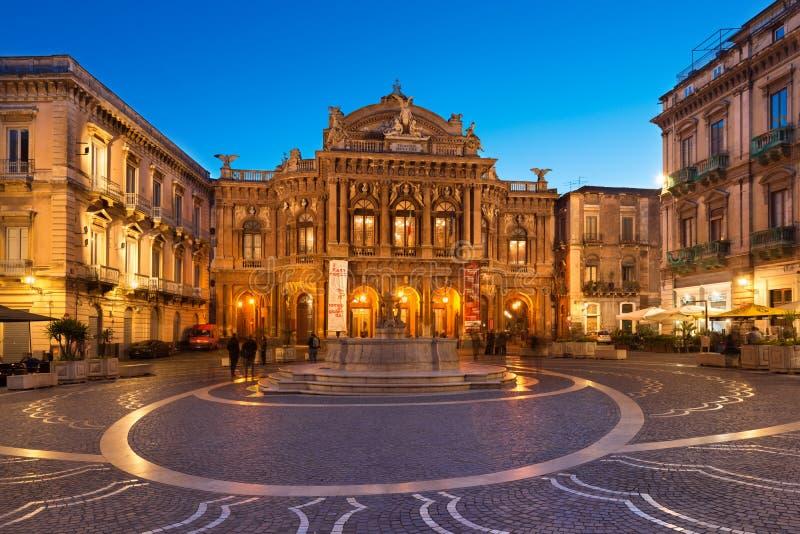Sikt av den Bellini teatern Teatro Massimo Bellini i aftonen En operahus i den berömda Sicilian staden royaltyfri foto