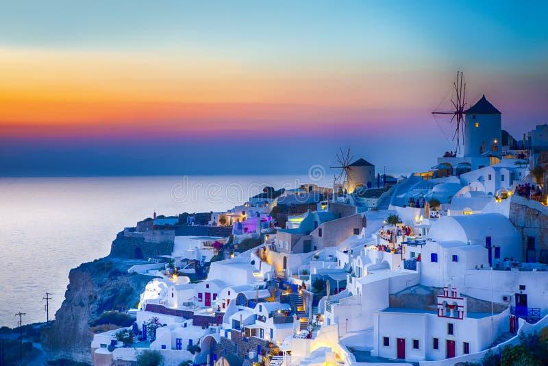 Sikt av den berömda gamla staden av Oia eller Ia på den Santorini ön i Grekland Taget under blå timme med traditionella Vita Huse royaltyfri foto