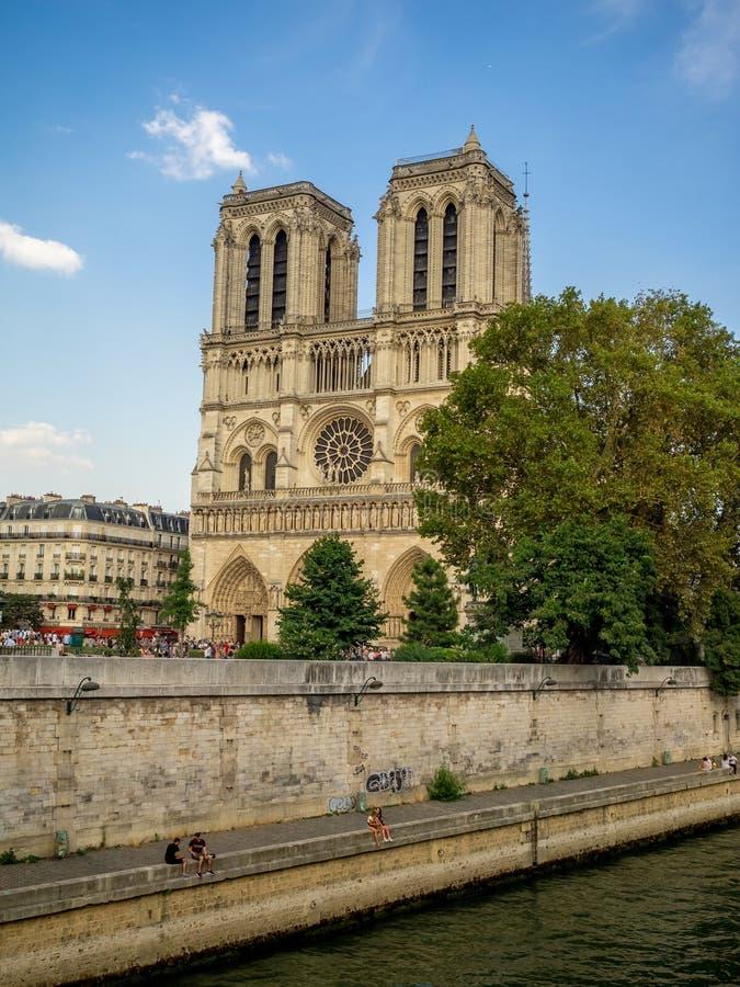 Sikt av den berömda Notren Dame Cathedral i Paris fotografering för bildbyråer