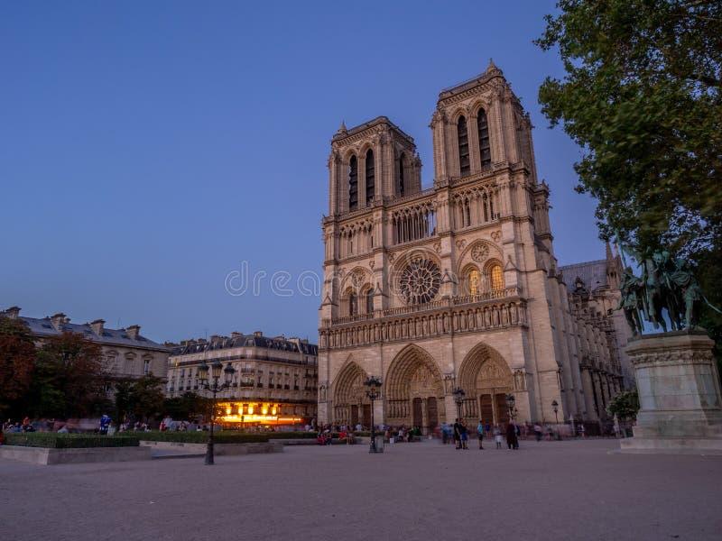 Sikt av den berömda Notren Dame Cathedral på natten arkivfoto