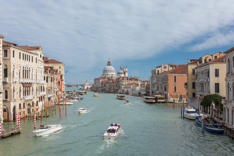Sikt av den berömda storslagna kanalen med basilikadi Santa Maria della Salute i Venedig, Italien arkivfoton