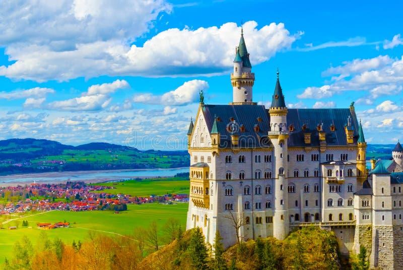 Sikt av den berömda turist- dragningen den 19th århundradeNeuschwanstein slotten i för de bayerska fjällängarna - royaltyfria bilder