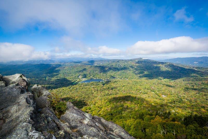 Sikt av den blåa Ridge Mountains och farfar sjön från tusen dollar arkivfoton