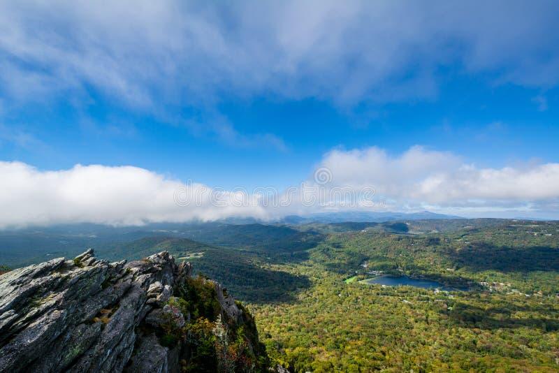 Sikt av den blåa Ridge Mountains och farfar sjön från tusen dollar royaltyfria foton