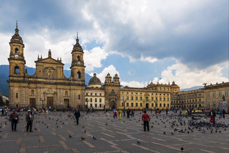 Sikt av den Bolivar fyrkanten med ärkebiskopsämbetedomkyrkan av Bogotà ¡ i bakgrunden i staden av Bogotà ¡, Colombia arkivfoton