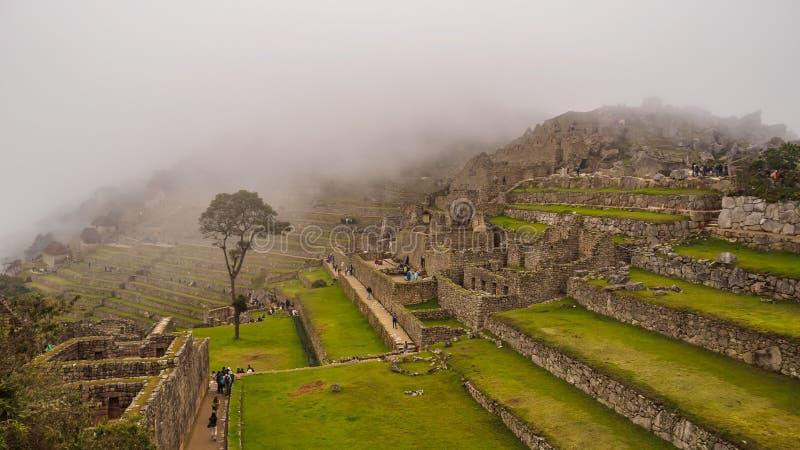 Sikt av den borttappade Incan staden av Machu Picchu inom de-dimma, nära Cusco, Peru arkivbild