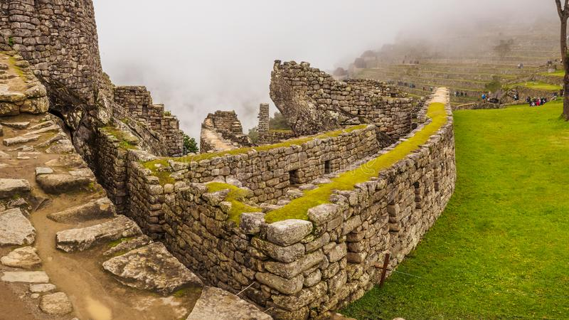 Sikt av den borttappade Incan staden av Machu Picchu inom de-dimma, nära Cusco, Peru royaltyfri fotografi