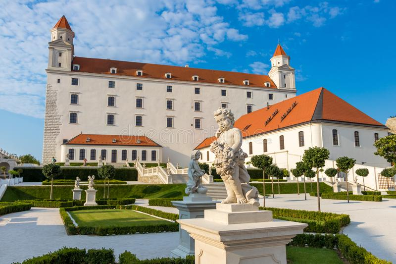 Sikt av den Bratislava slotten och dess trädgårdar, Bratislava, Slovakien arkivbilder