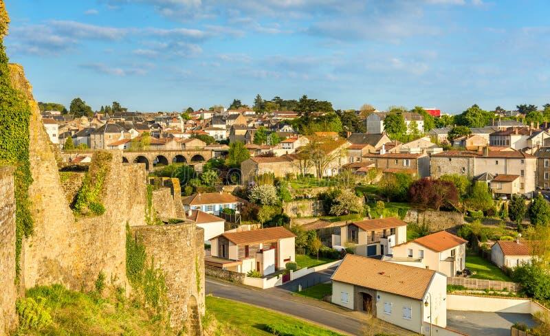 Sikt av den Bressuire staden från slotten - Frankrike royaltyfri fotografi