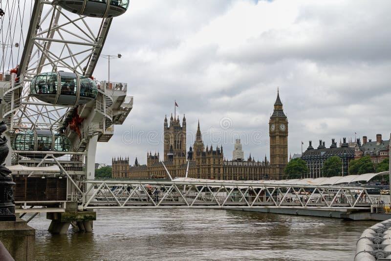 Sikt av den brittiska parlamentet över Themsen royaltyfri fotografi