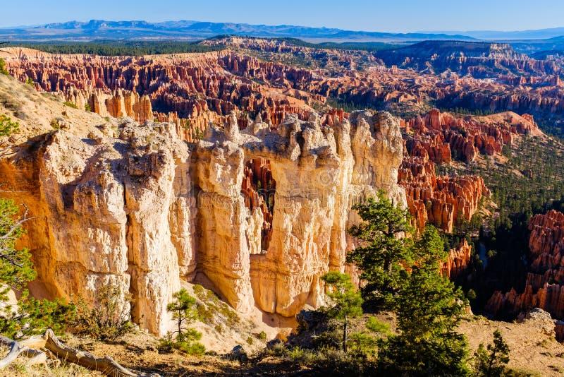 Sikt av den Bryce Canyon National Park dalen royaltyfri foto