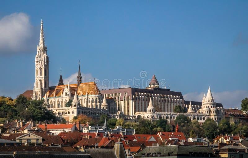 Sikt av den Buda sidan av Budapest med bastionen för Mathias Church och fiskare` s - Budapest, Ungern royaltyfri fotografi