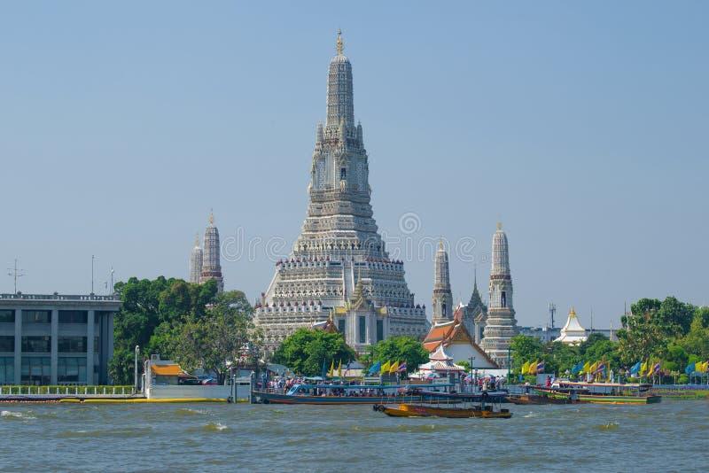 Sikt av den buddistiska templet av Wat Arun bangkok thailand arkivbild