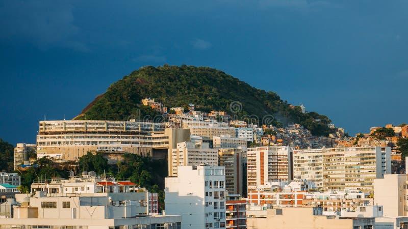 Sikt av den Cantagalo favelaen nära Ipanema, Rio de Janeiro, Brasilien royaltyfri fotografi