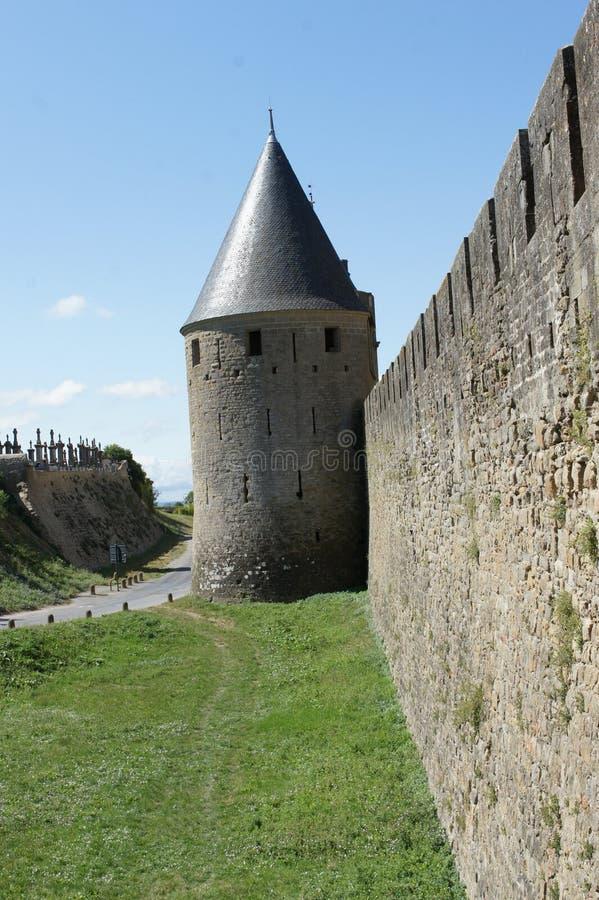Sikt av den carcassonne slotten och cimeteryen arkivbild