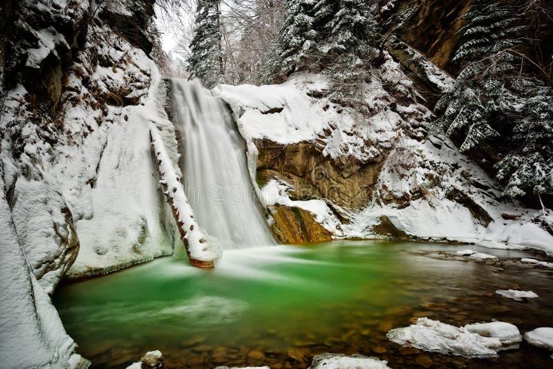 Sikt av den Casoca vattenfallet i vinter royaltyfria foton