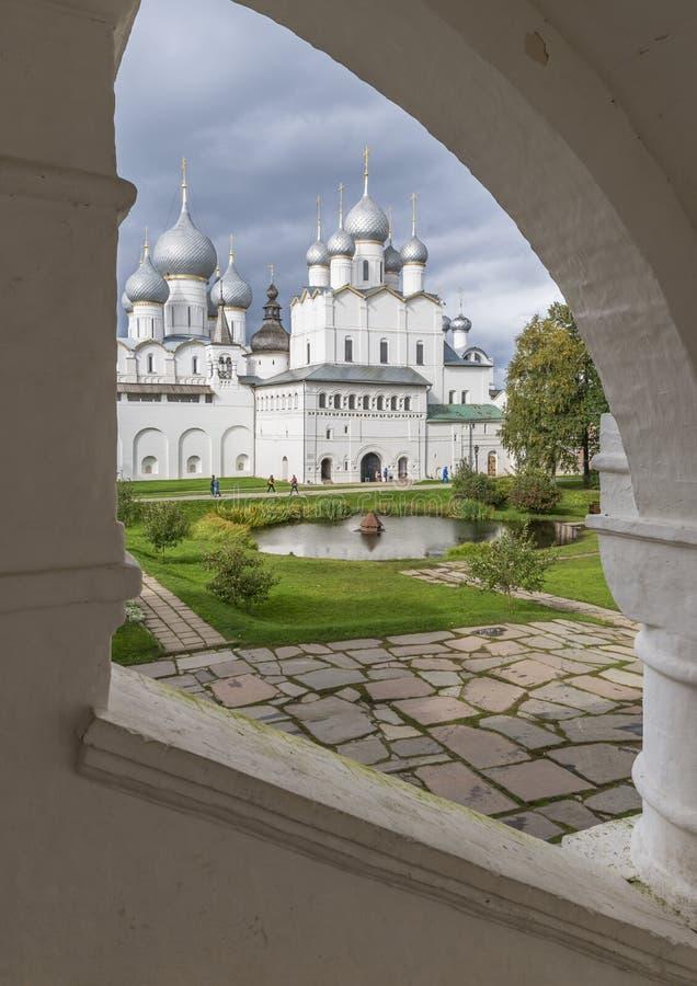Sikt av den centrala borggården av den Rostov Kreml arkivfoto