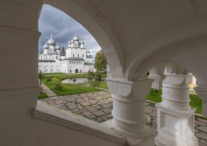 Sikt av den centrala borggården av den Rostov Kreml fotografering för bildbyråer