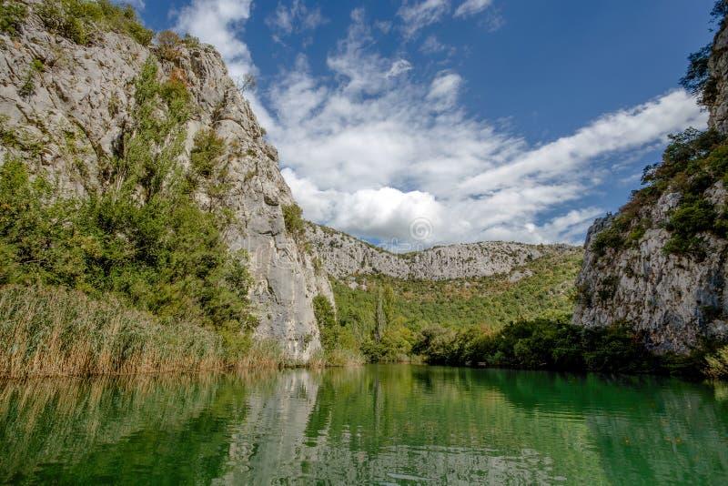 Sikt av den Cetina floden runt om den Omis Almissa staden, Dalmatia, Kroatien kanjoner/flod/gräsplan/berg arkivbild