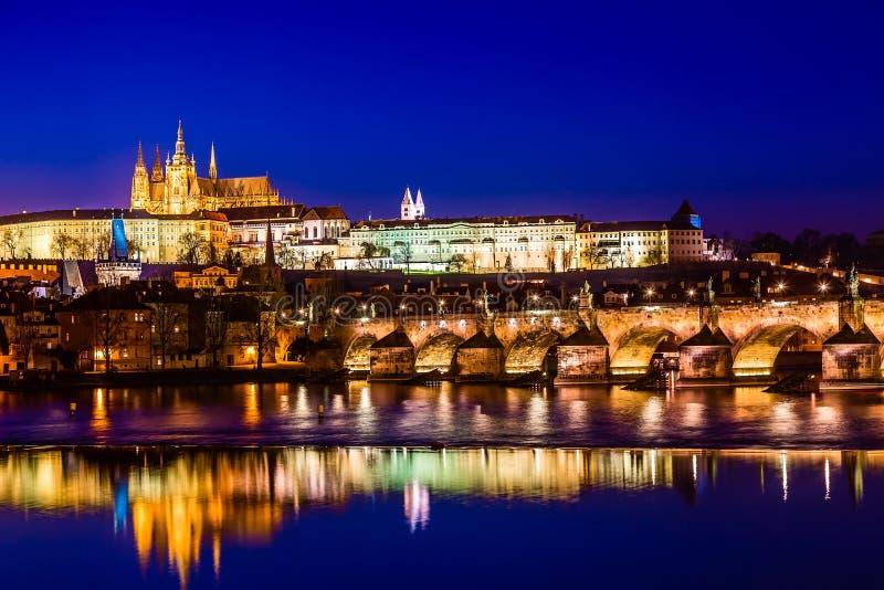 Sikt av den Charles Bridge, för Prague slott och Vltava floden i Prague, Tjeckien under solnedgångtid Berömda gränsmärken för vär royaltyfria foton