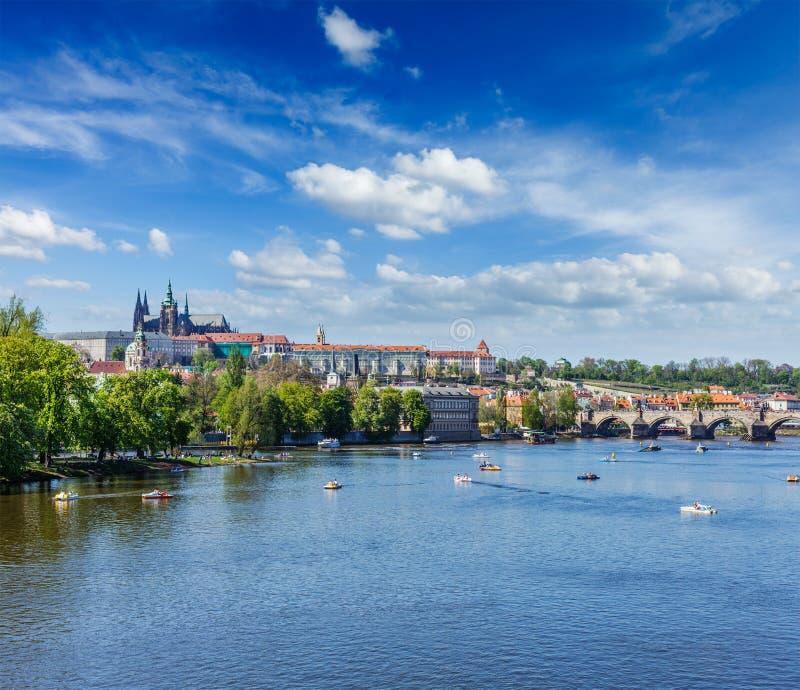 Sikt av den Charles bron över den Vltava floden och Gradchany (Prague C royaltyfri foto