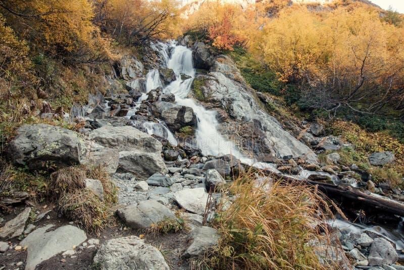 Sikt av den Chuchkhursky vattenfallet på hösten arkivbilder